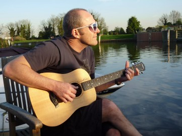 Thames guitarman